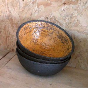Elevarbejde - tre sorte skåle med orange