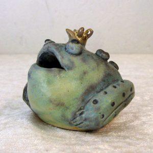 Frø i keramik med guldkrone